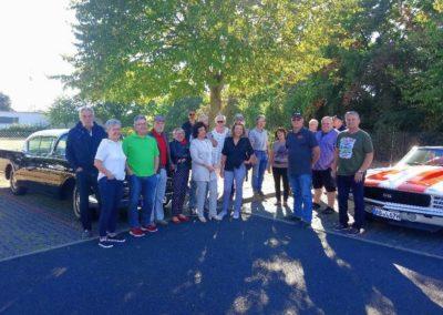 002 froehliche Gruppe mit Strassenkreuzern